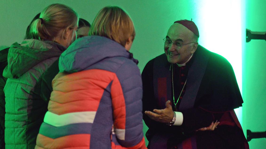 Jugendliche im Gespräch mit Bischof Felix Genn.