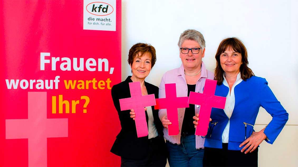 KFD-Bundesvorsitzende Mechthild Heil mit den stellvertretenden Vorsitzenden Monika von Palubicki und Agnes Wuckelt.