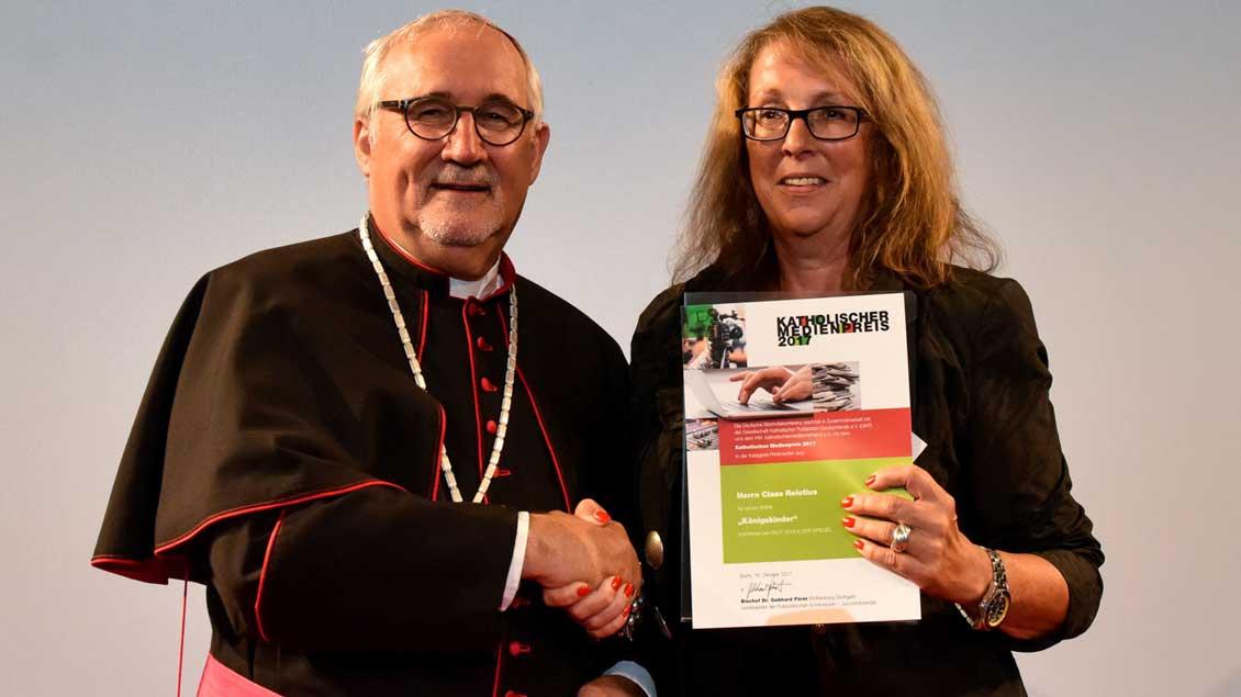 """Den Katholischen Medienpreis 2017 an den Ex-""""Spiegel""""-Reporter Claas Relotius nahm damals in Vertretung dessen Kollegin Barbara Schmid von Medienbischof Gebhard Fürst entgegen."""