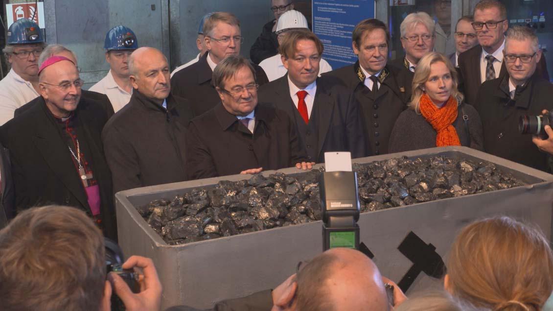400 Gäste, darunter Bischof Felix Genn (links), begleiteten die Ibbenbürener Bergleute bei ihrer letzten Kohleförderung.