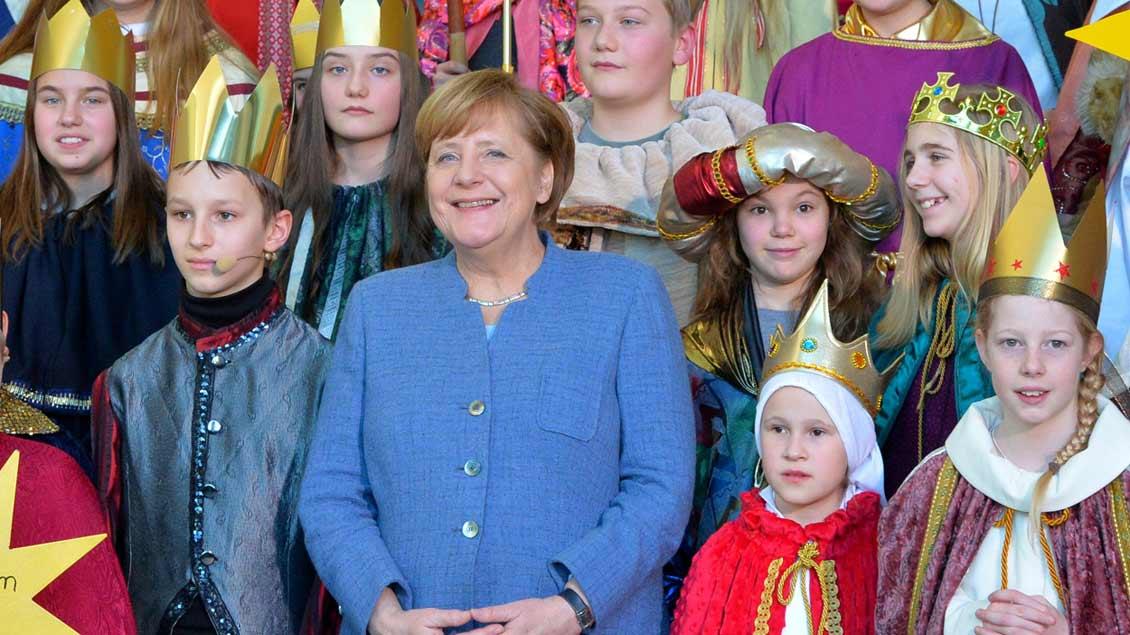 Bundeskanzlerin Angela Merkel mit Sternsingern.