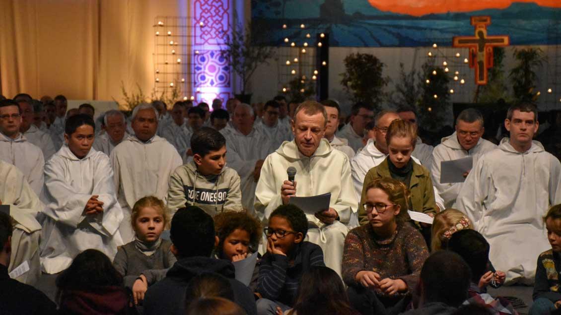 Frère Alois (Mitte), der aus Deutschland stammende Prior der ökumenischen Gemeinschaft von Taizé, hat in Madrid zum nächsten Silvestertreffen nach Breslau eingeladen.
