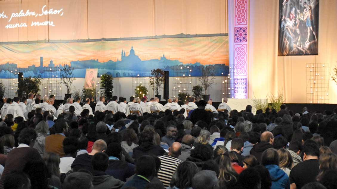 15.000 Jugendliche begehen den Jahreswechsel beim Taizé-Treffen in Madrid mit Gebet und Diskussionen.