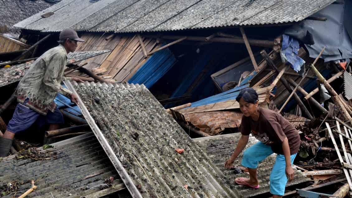 Nach dem schrecklichen Unglück in Indonesien begannen am Sonntagmorgen die Aufräumarbeiten.