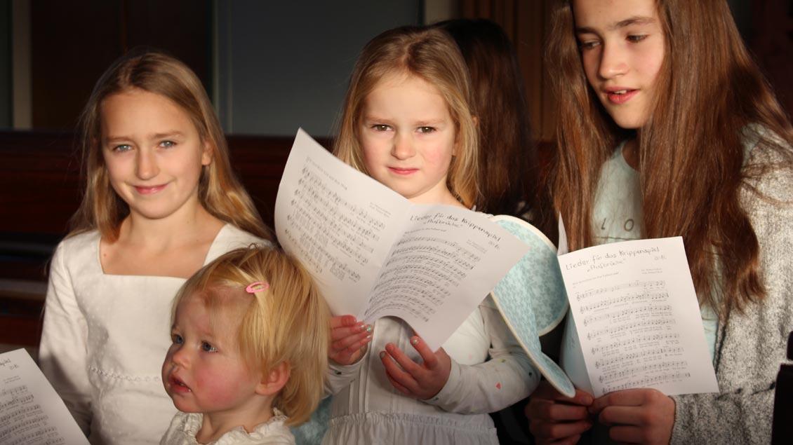 Kinder singen.