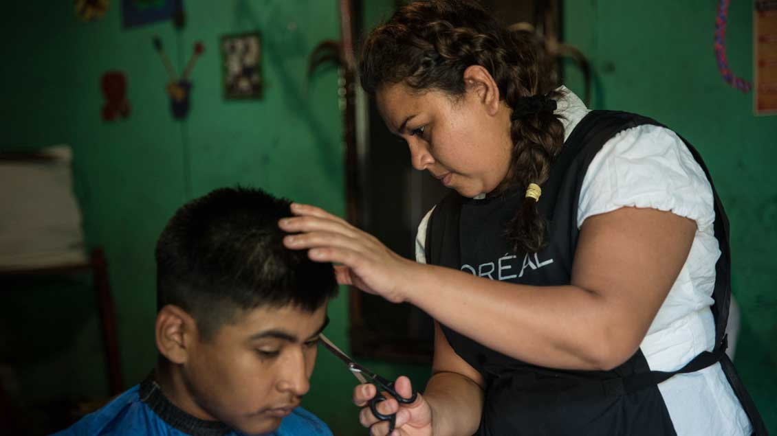 Consuelo arbeitet als Friseurin.