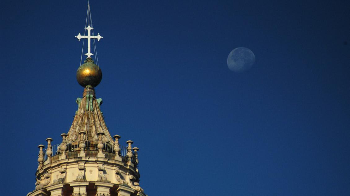 Kuppel des Petersdoms bei Nacht