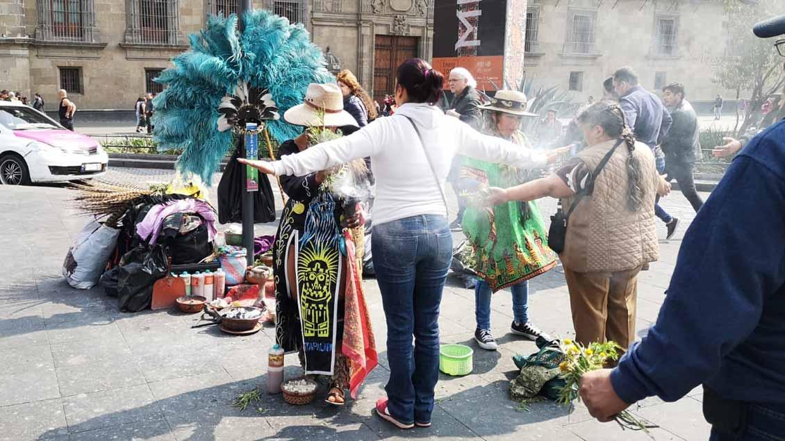 Nach dem Glauben der Bevölkerung in Mexiko-Stadt hilft eine Ausräucherung gegen viele Krankheiten.