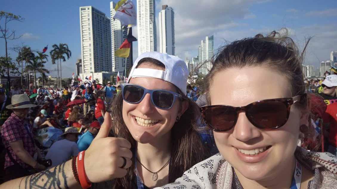 Julia Hahn (links) aus Münster bei der Eröffnungsmesse des Weltjugendtags in Panama.