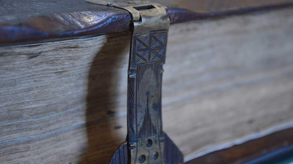 Die Schließe eines alten Buchs. Zum Öffnen muss man es aufschlagen.
