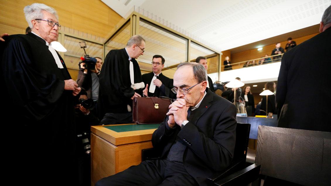 Kardinal Philippe Barbarin (Mitte), Erzbischof von Lyon, vor dem Prozessbeginn.