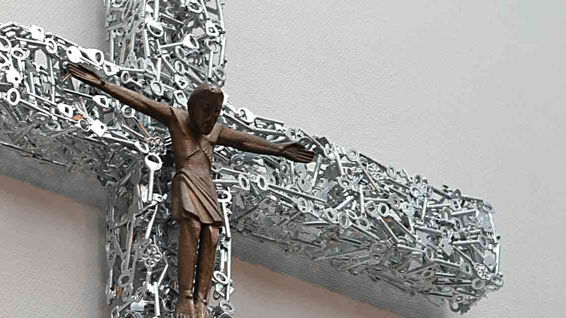 Ein Kreuz aus versilberten Schlüsseln hat Alfred Bullermann für die Friesoyther Krankenhauskapelle geschmiedet.