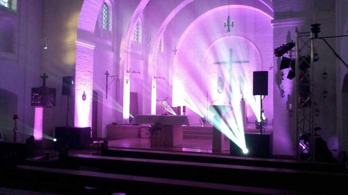 Licht-Effekte und Musik sind wichtige Elemente der Disco-Messe in der Heilig-Kreuz-Kirche in Borken-Borkenwirthe.