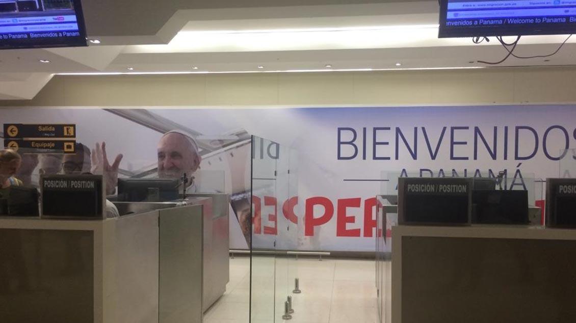 Trotz Stromausfall: Die Gruppe der Katholischen Hochschulgemeinde Münster ist wohlbehalten in Panama gelandet. Papst Franziskus begrüßt die Weltjugendtags-Pilger in der Ankunftshalle.