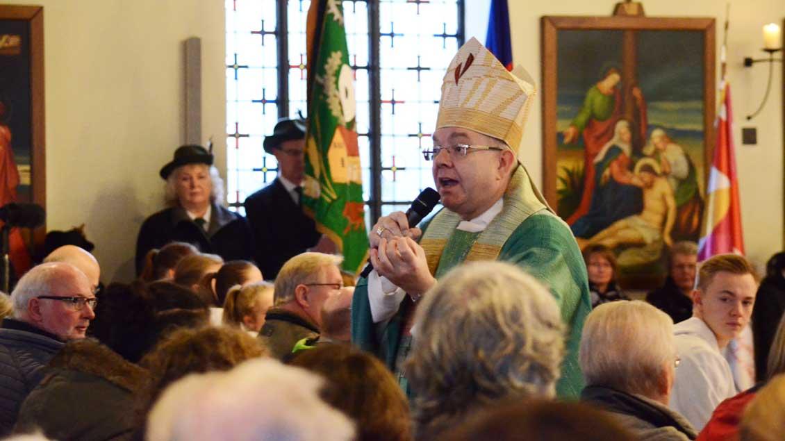 Weihbischof Christoph Hegge zollte in der St.-Josef-Kirche in Greven Kritikern des Abrisses Respekt und rief zugleich dazu auf, ihre geistliche Heimat nicht allein an einem Gebäude festzumachen.