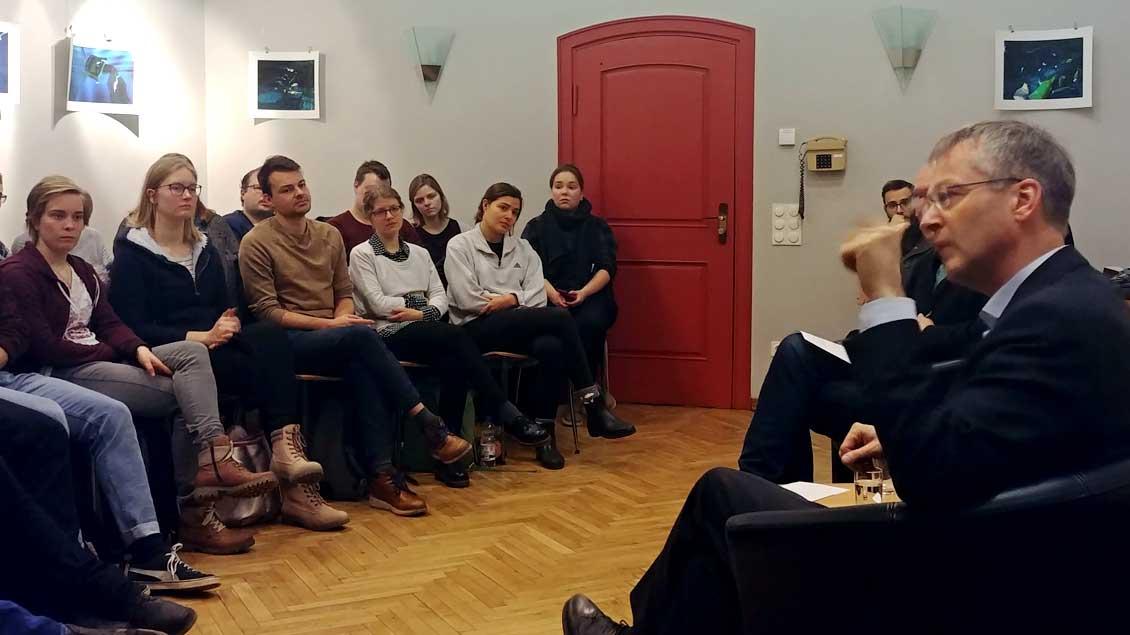 Norbert Köster (rechts) im Gespräch mit künftigen Religionslehrerinnen und -lehrern in der Katholischen Hochschule- und Studierendengemeinde Münster.