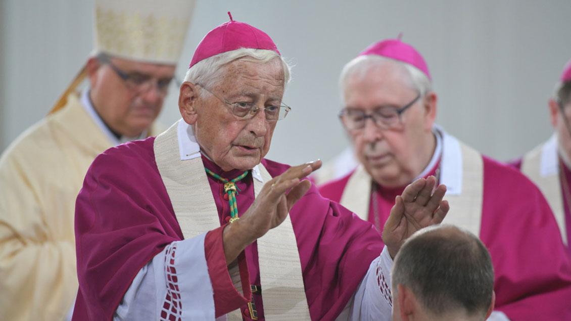 Der frühere katholische Bischof von Eichstätt und Augsburg, Walter Mixa (77), hat bei einem AfD-Neujahrsempfang in Stuttgart gesprochen. Das Bild zeigt ihn bei einem Festhochamt im Juni 2018 in Würzburg.