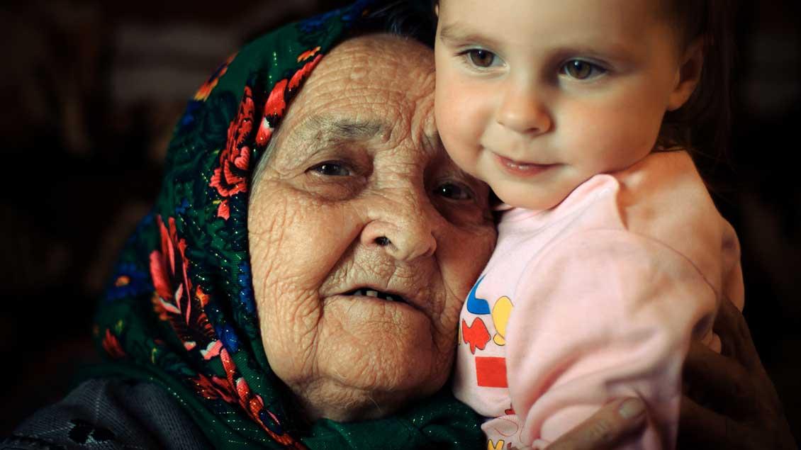 Eine sehr alte Frau und ein sehr junges Kind: ganz so wie die weise, greise Hanna und der neugeborene Jesus, die sich im Tempel von Jerusalem begegnen.