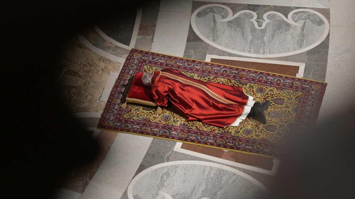 Papst Franziskus liegt zu Beginn der Karfreitags-Liturgie auf dem Boden des Petersdoms. Eine ähnliche Geste hatte etwa Osnabrücks Bischof Franz-Josef Bode in einer Bußfeier angesichts des Missbrauchsskandals gewählt.