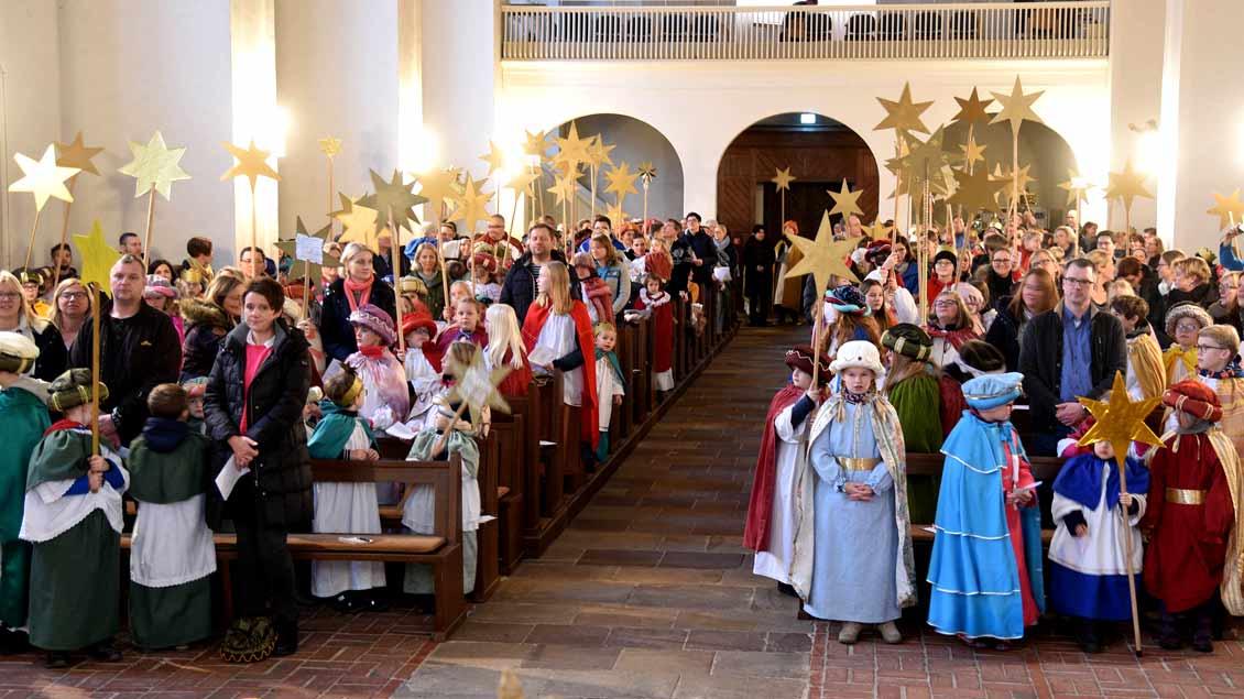 An vielen Orten im Bistum wurden heute die Sternsinger ausgesandt - wie auch die 69 Gruppen, die allein aus dem Gemeindeteil St. Georg in die Kirche gekommen waren, um von Weihbischof Wilfried Theising ausgesandt zu werden