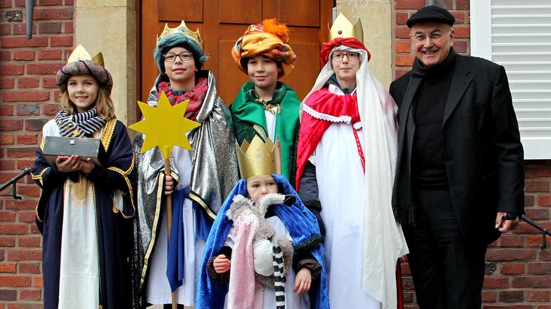 Fünf Mädchen und Jungen aus der Pfarrei Überwasser in Münster besuchten Bischof Felix Genn (rechts) im Bischofshaus, hinterließen ihren Segen und sammelten für Kinder in Peru.