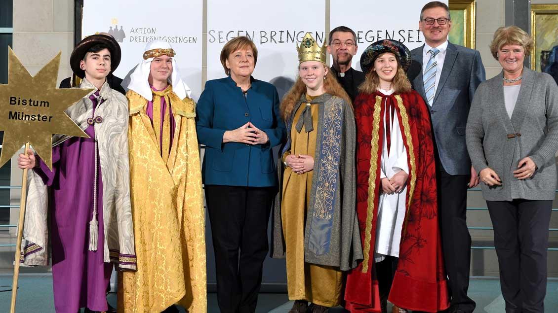 Die Sternsinger aus Harsewinkel bei Bundeskanzlerin Angela Merkel.
