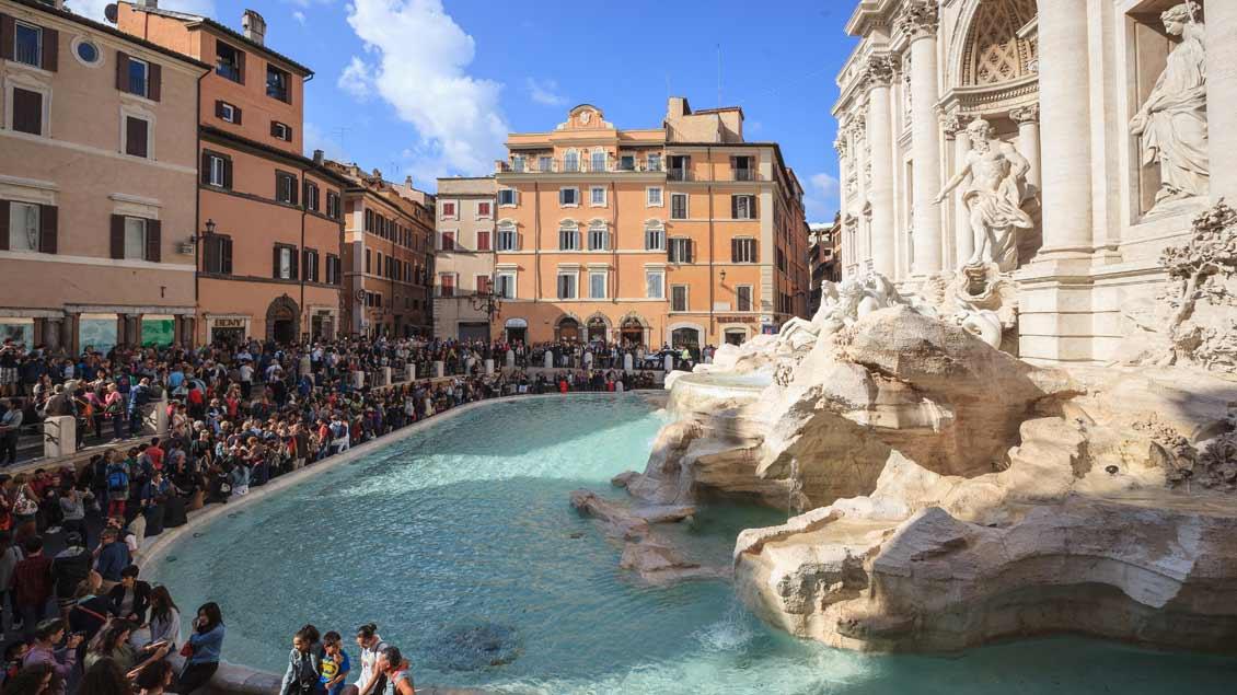 Der Trevi-Brunnen in Rom: Touristen werfen über den Rücken eine Münze hinein, in der Hoffnung, die Ewige Stadt noch einmal zu besuchen. Zuletzt kamen so 1,5 Millionen Euro zusammen.