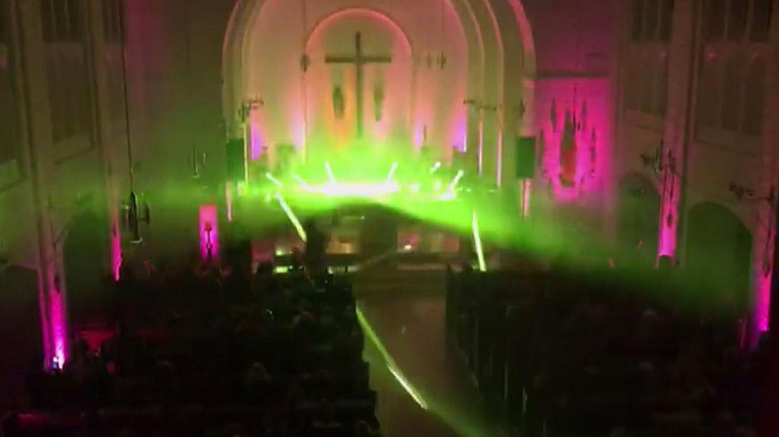 Die Herz-Jesu-Kirche während der Disco-Messe in Borkenwirthe.