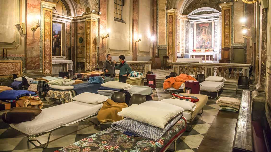 In der Kirche San Calisto im römischen Stadtteil Trastevere können Obdachlose im Winter schon seit einiger Zeit schlafen. Jetzt wurden weitere Betten aufgestellt.