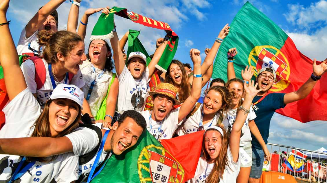 Junge Menschen aus Portugal jubeln und schwenken portugiesische Fahnen während des Weltjugendtags in Panama. Das nächste Treffen soll 2022 in ihrer Hauptstadt Lissabon stattfinden.