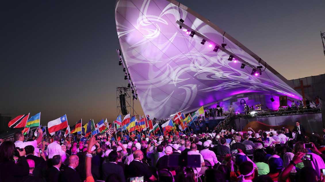 Rund 300.000 Jugendliche haben im Metro Park südöstlich von Panama ein Nachtgebet mit Papst Franziskus gefeiert.