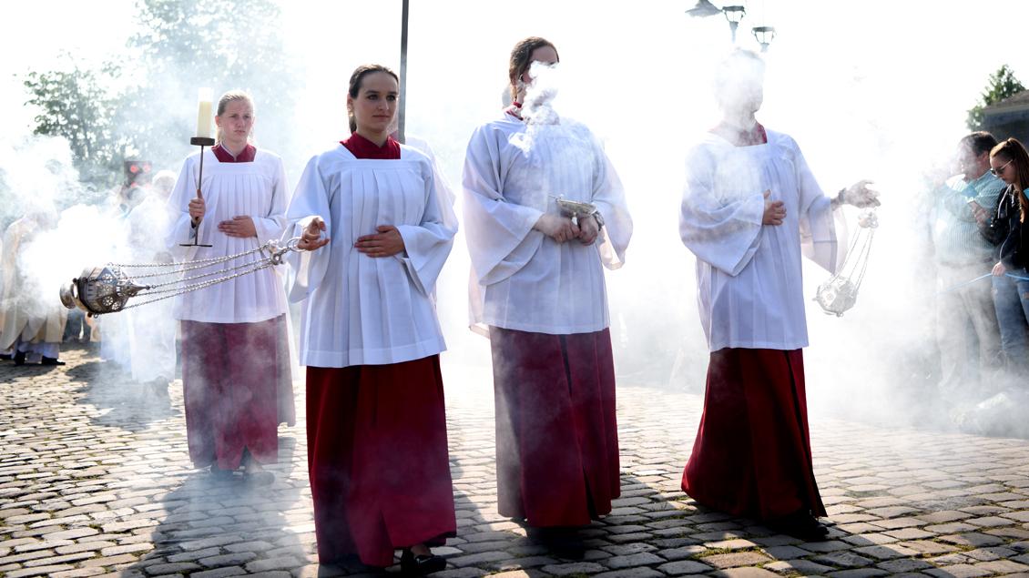 Die einen lieben ihn, die anderen fliehen vor zu viel von ihm: Weihrauch gehört zum festlichen Gottesdienst - wie hier beim Abschlussgottesdienst des Katholikentags 2018 in Münster.