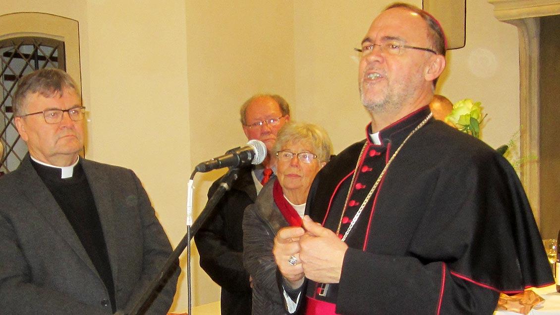Propst Klaus Wittke (links) und Regionalbischof Rolf Lohmann beim Neujahrsempfang in der St.-Viktor-Pfarre Xanten. Foto: Jochen Int-Veen