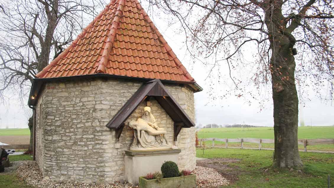 """Die Antonius-Kapelle am """"Schöppinger Berg"""" ist ein Jahr nach einem dramatischen Lkw-Unfall wiedereröffnet worden."""