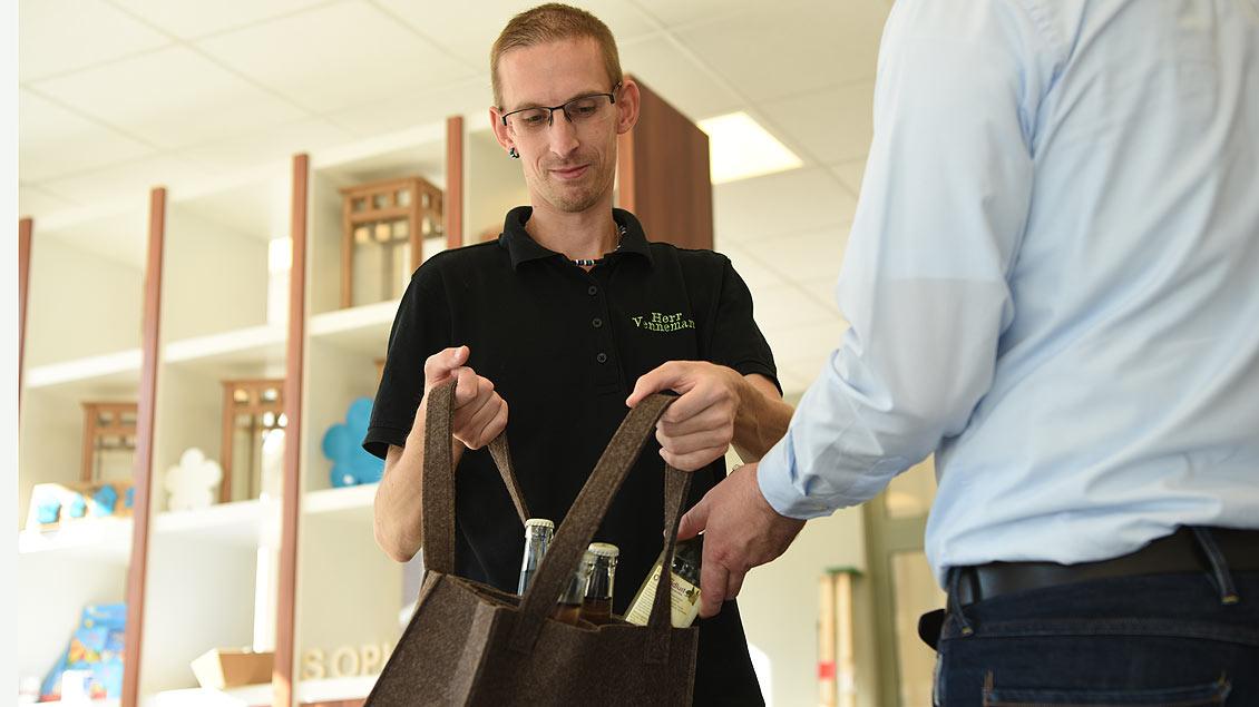 Auch im angrezenden Werkstatt-Laden arbeiten Menschen mit Behinderung. | Foto: Michael Bönte