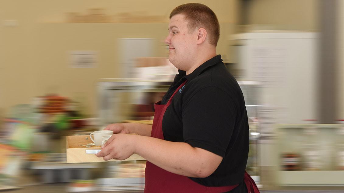Daniel Hermanns arbeitet am liebsten im Service des Cafés. | Foto: Michael Bönte