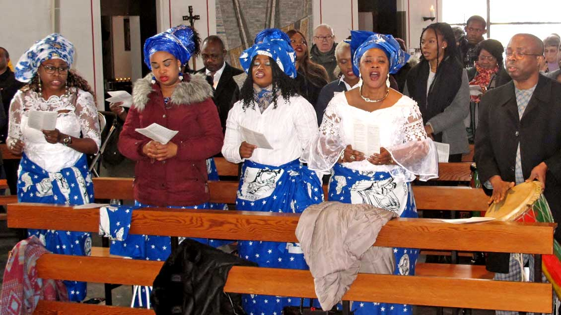 Mit Gesang und rhythmischen Klängen wurde Pfarrer Frankline Anyanwu in der St.-Pius-Kirche in Münster als neuer Leiter der afrikanischen Gemeinde im Bistum Münster begrüßt.  Foto: Jürgen Flatken (pbm)