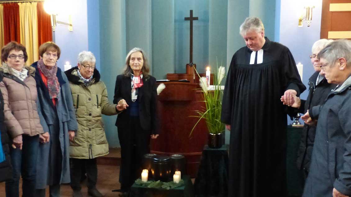 Brigitta Lobenstein (vierte von links) mit der Gruppe aus St. Marien bei einer Trauerfeier auf dem evangelischen Friedhof in Delmenhorst: Drei Verstorbene werden anonym beerdigt. Die Frauen kommen kommen dafür regelmäßig zusammen.
