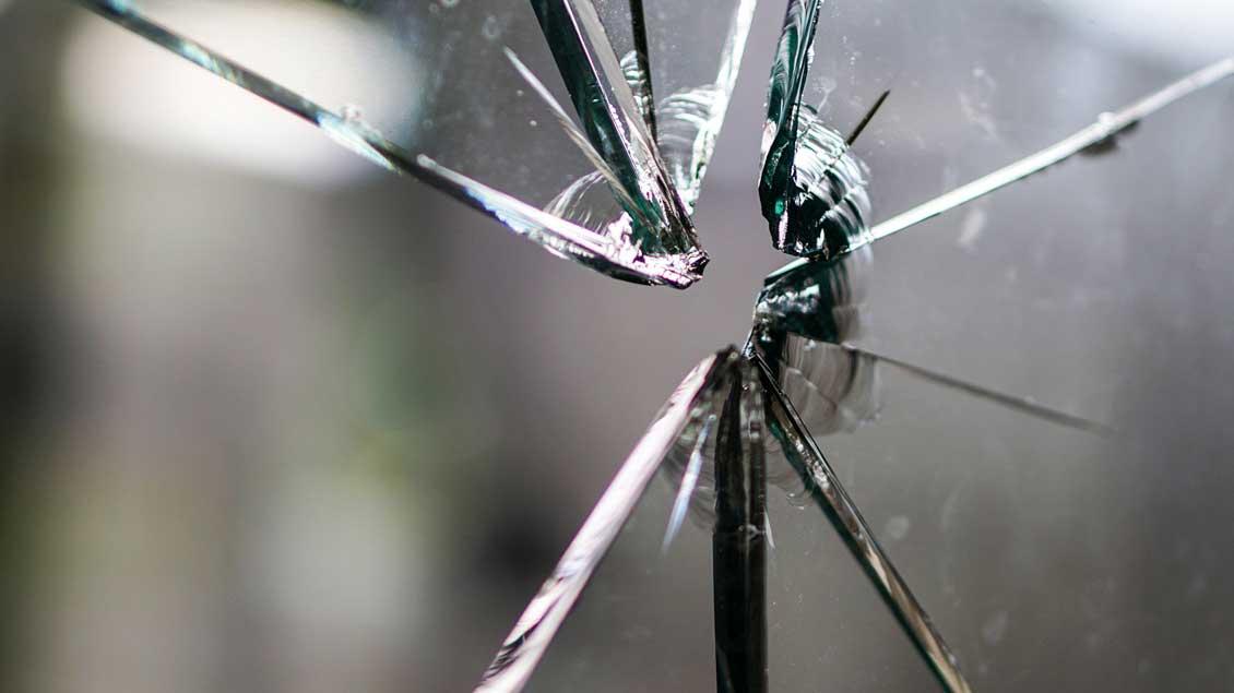 Eine zersplitterte Glasscheibe.