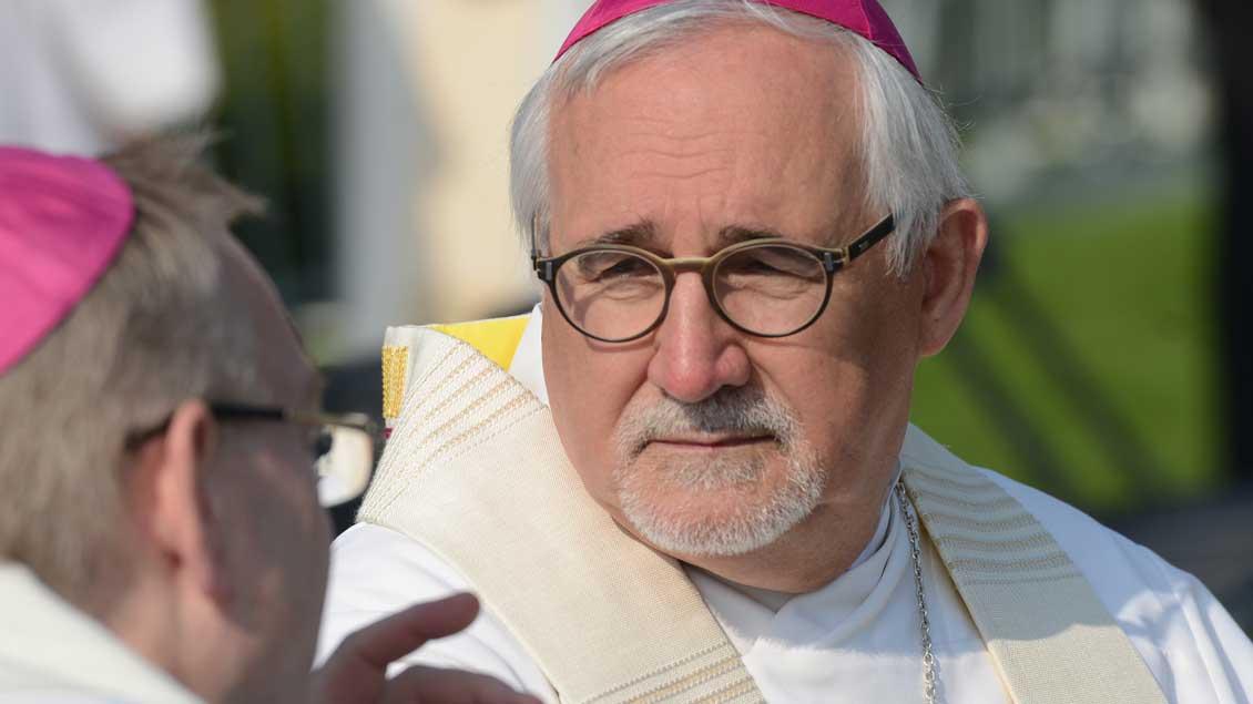 Der Bischof von Rottenburg-Stuttgart, Gebhard Fürst, im Gespräch mit einem anderen Bischof.