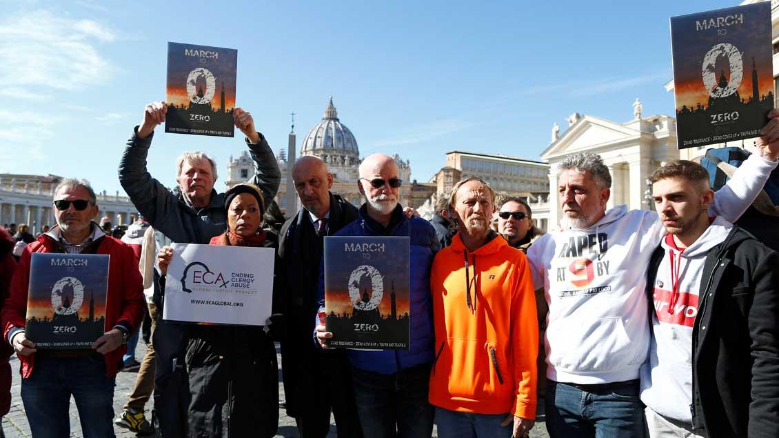 Mitglieder von Opferverbänden protestieren vor dem Vatikan gegen sexuellen Missbrauch von Kindern in der Kirche.