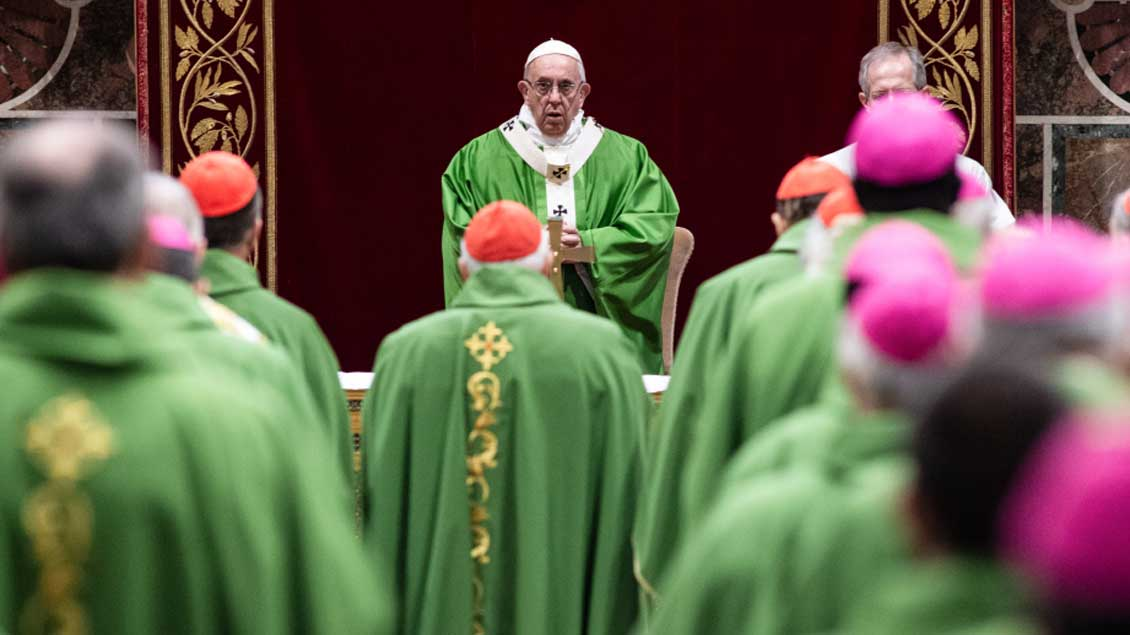 Papst Franziskus bei der Messe mit Bischöfen.