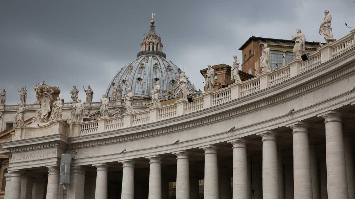 Dunkle Wolken über dem Petersdom in Rom.