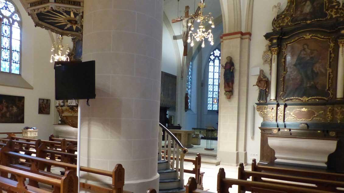Vor einer Säule in St. Georg in Vechta steht ein Monitor.