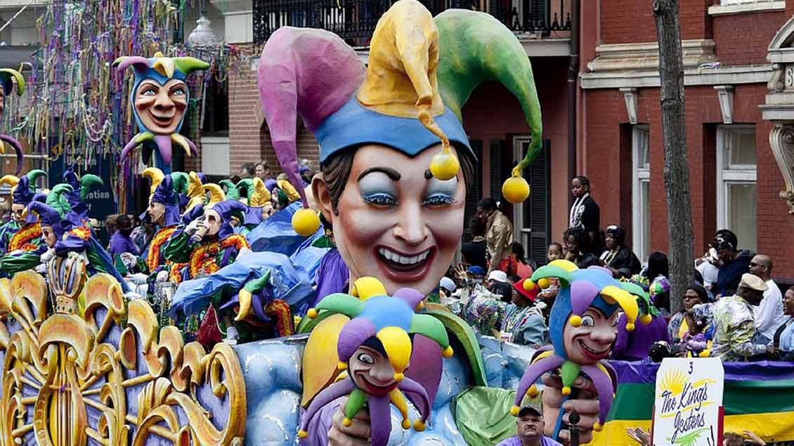 Karnevalswagen mit Narrenkappe