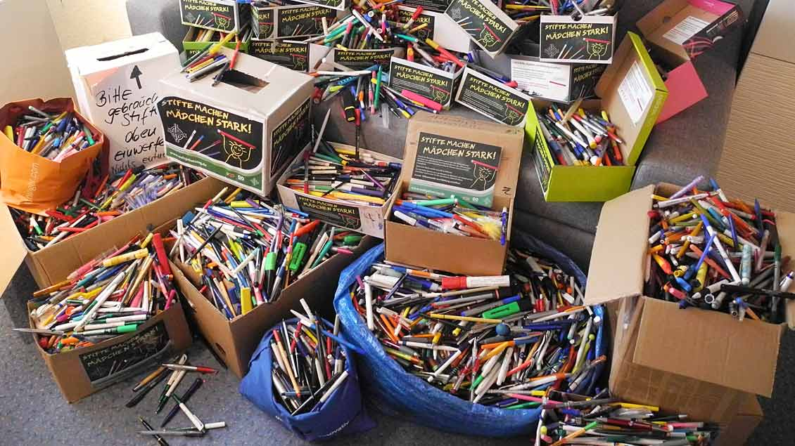 Kisten mit gesammelten Stiften Foto: Sabine Horn (Weltgebetstag)