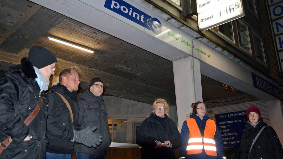 Seelsorger warten vor einer Tankstelle Foto: Linda Bößing