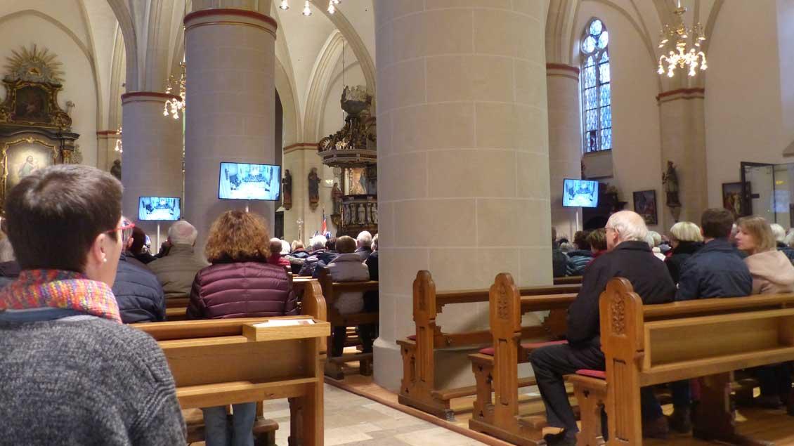 Wiedereröffnung der sanierten Propsteikirche St. Georg in Vechta: Erstmals waren Monitore im Einsatz. Sie zeigen am Altar für Menschen, denen der Blick verstellt ist.