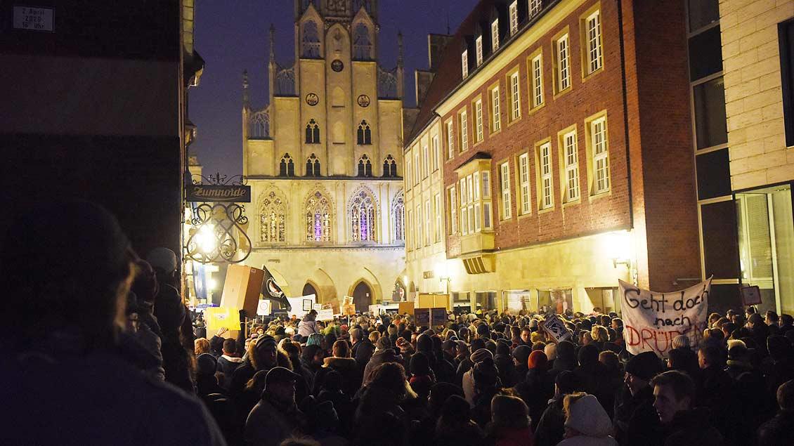 Eine große Menschnemenge vor dem Rathaus in Münster.