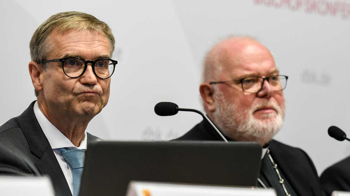 Harald Dreßing (links) mit Kardinal Reinhard Marx bei der Pressekonferenz zur Vorstellung der MGH-Studie im September 2018.